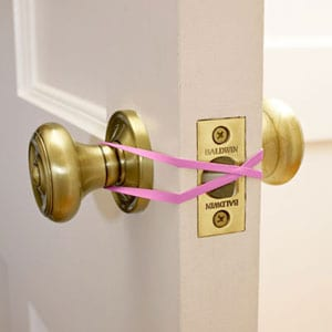 rubber band to keep door open